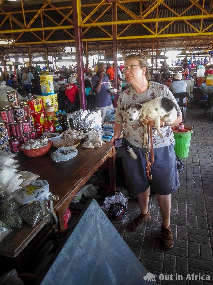 Anita erkundigt sich über einheimische Lebensmittel auf dem Open Market