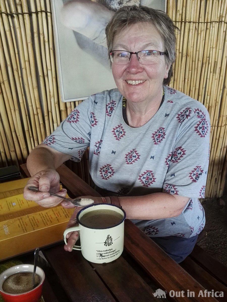 Anita trinkt Oshikundu