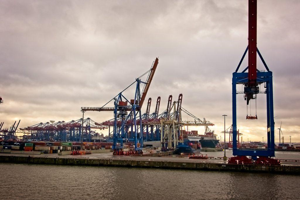 Kräne bei einem Containerhafen
