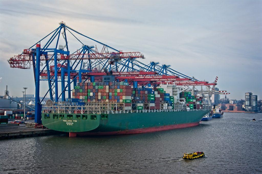 Containerschiff am Containerterminal