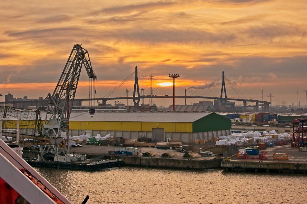 Sonnenuntergang in Richtung Köhlbrandbrücke