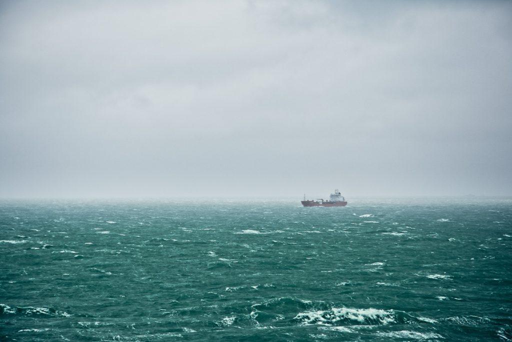 Ein Schiff fährt vorbei