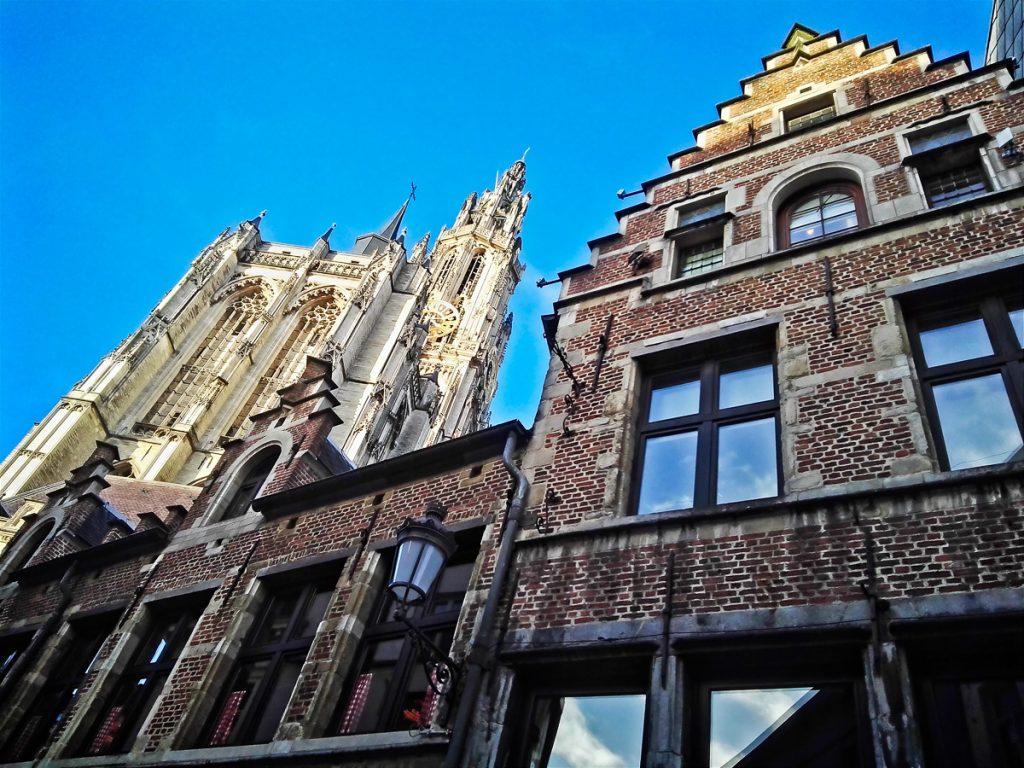 Kathedrale vor flämischen Häusern