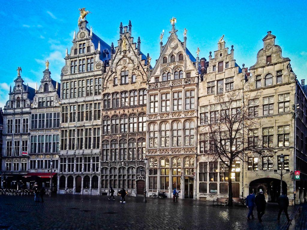 Marktplatz mit flämischen Häusern