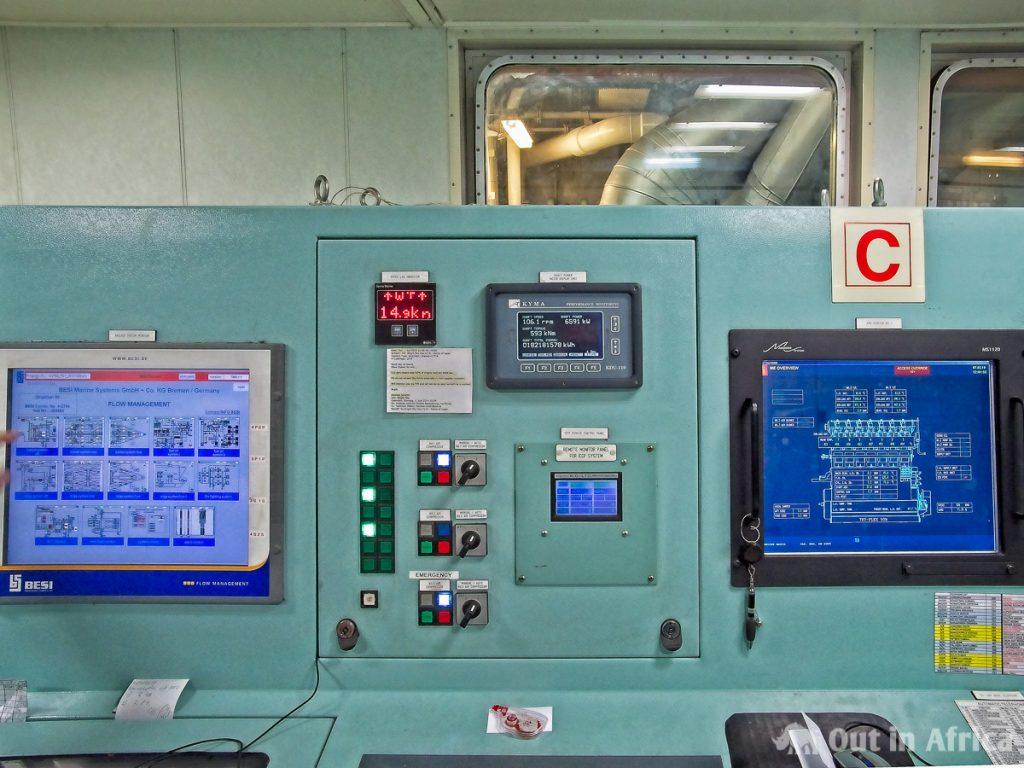 Überwachungskonsolen im Maschinenraum