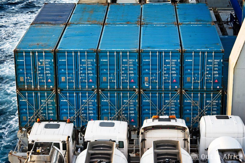 Container und LKWs