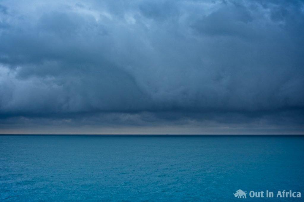 Wolkenwand über dem Meer
