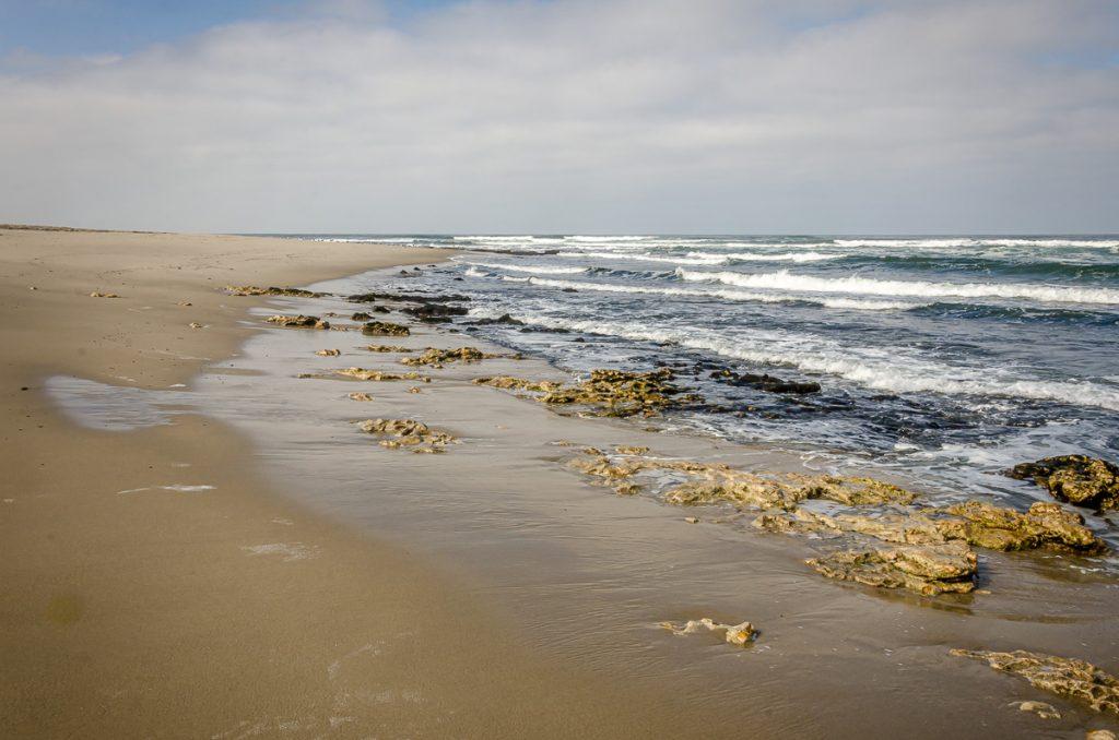 Bei Ebbe tauchen Felsen aus dem Meer auf