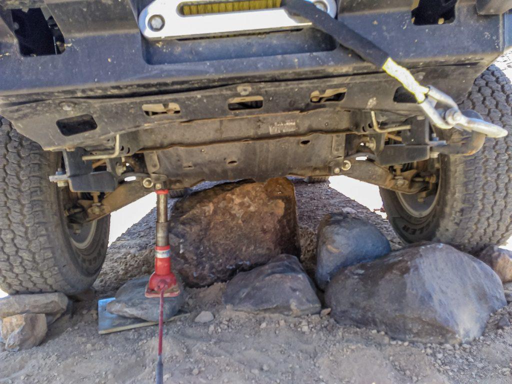 Das Auto wird mit Wagenhebern hochgehoben